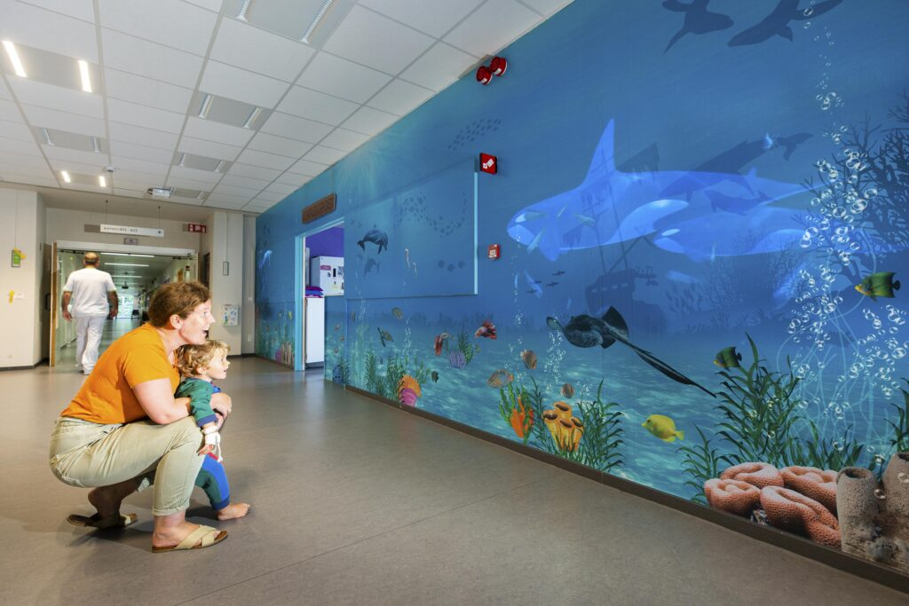 Aan de verpleegpost van ZNA Koningin Paola Kinderziekenhuis projecteert een beamer bewegende beelden van vissen. (Credit: ZNA / Dirk Kestens)